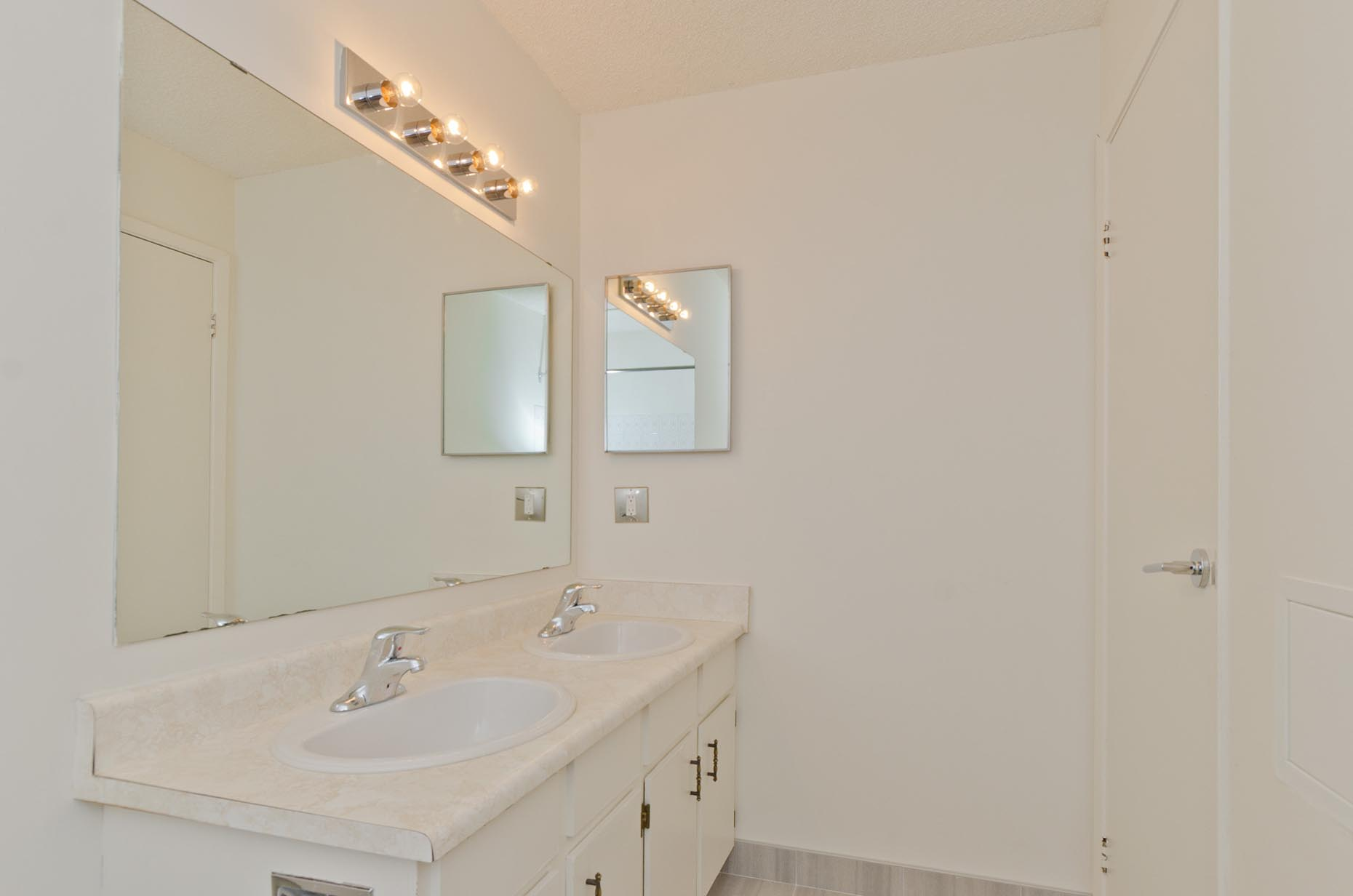 Classic Bathroom in Pineridge Apartments