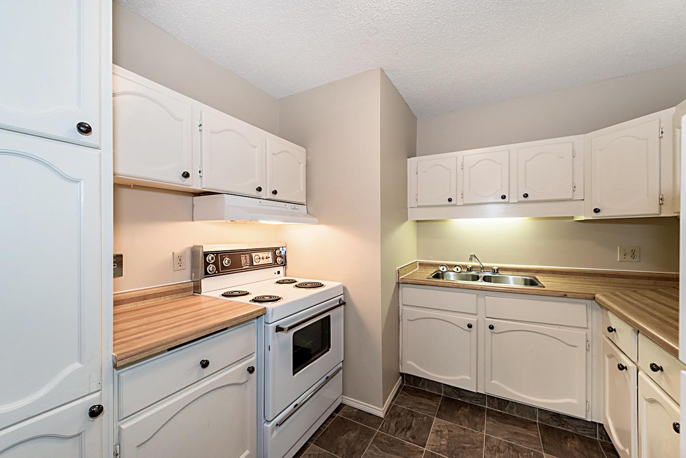 Classic Kitchen in Cedarville Apartments